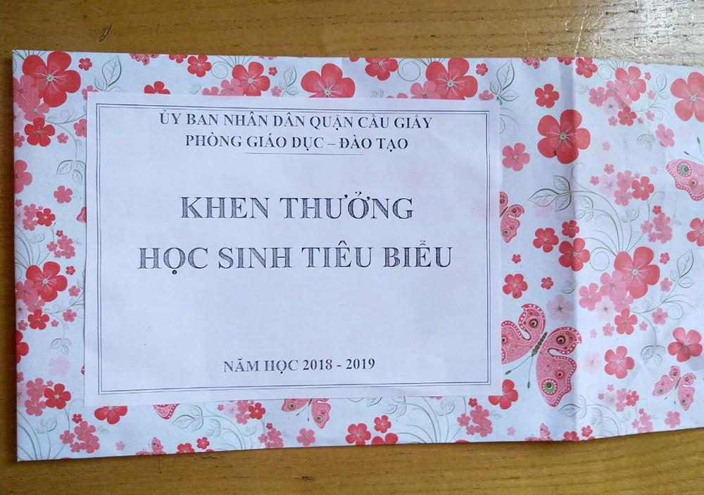 Hà Nội: Trưởng Phòng GD&ĐT Cầu Giấy xin lỗi việc học sinh tiêu biểu được tặng hộp quà rỗng - Ảnh 1.
