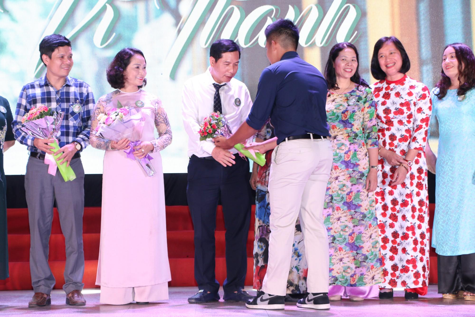 Học sinh THPT Chu Văn An cháy hết mình trong đêm nhạc lễ tri ân và trưởng thành - Ảnh 4.