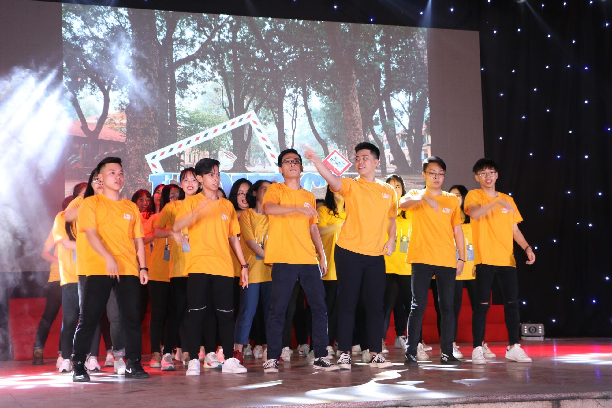 Học sinh THPT Chu Văn An cháy hết mình trong đêm nhạc lễ tri ân và trưởng thành - Ảnh 6.