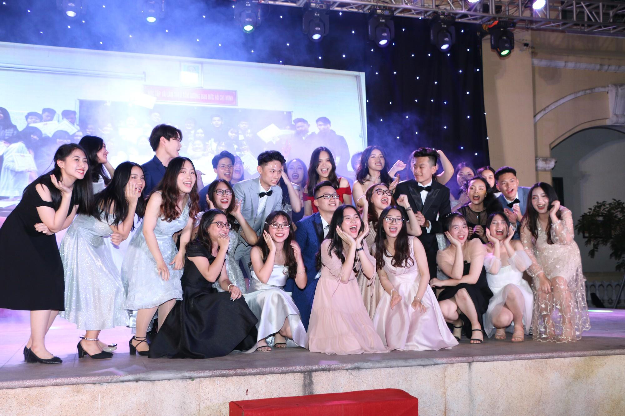 Học sinh THPT Chu Văn An cháy hết mình trong đêm nhạc lễ tri ân và trưởng thành - Ảnh 12.