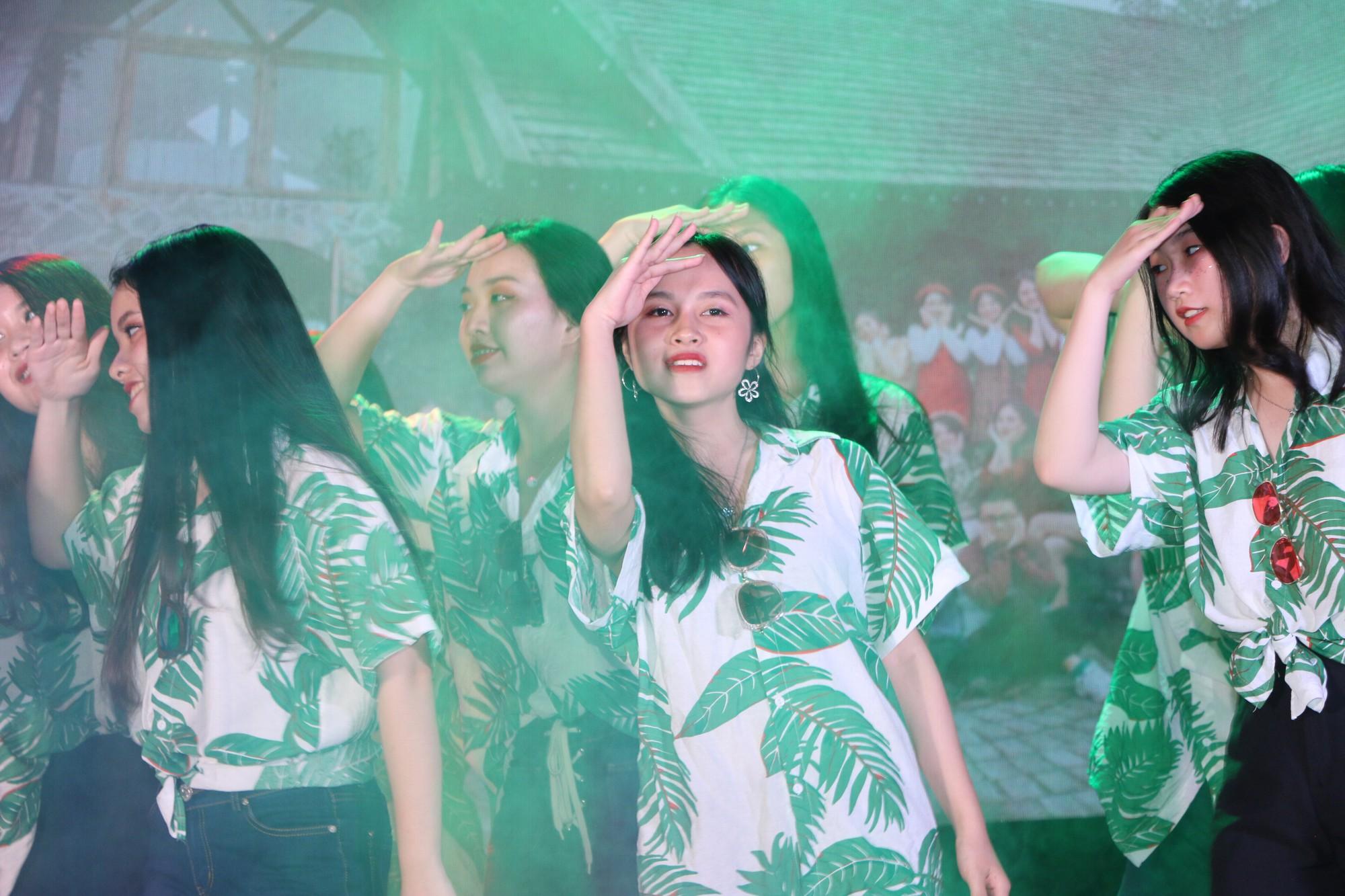 Học sinh THPT Chu Văn An cháy hết mình trong đêm nhạc lễ tri ân và trưởng thành - Ảnh 13.