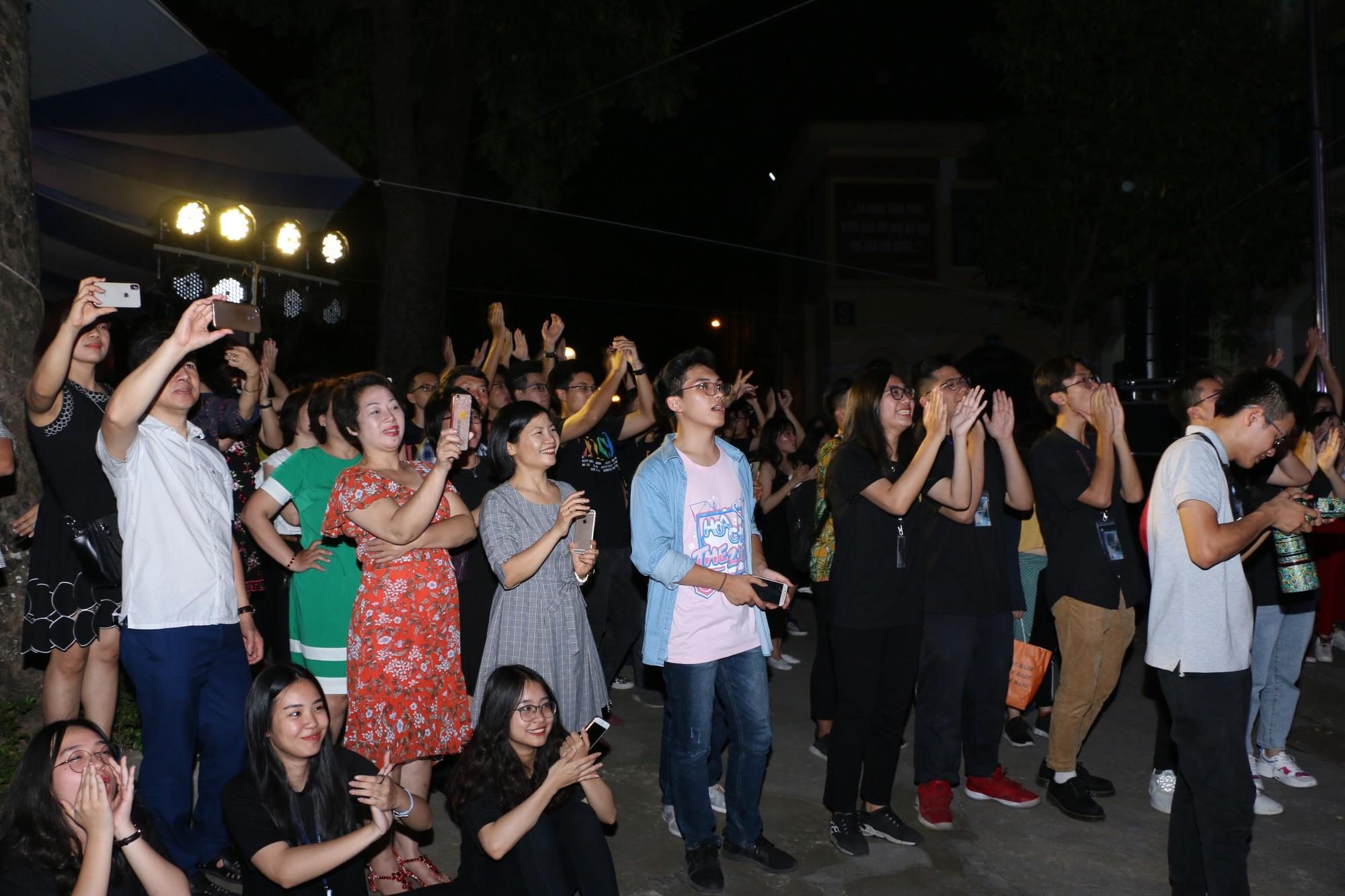 Học sinh THPT Chu Văn An cháy hết mình trong đêm nhạc lễ tri ân và trưởng thành - Ảnh 15.