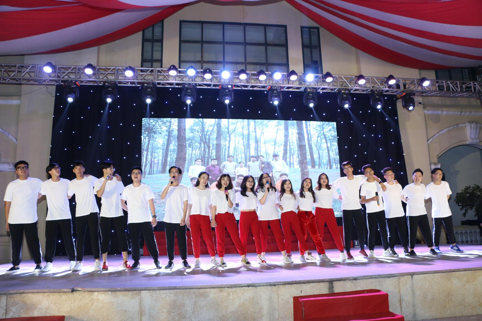 Học sinh THPT Chu Văn An cháy hết mình trong đêm nhạc lễ tri ân và trưởng thành - Ảnh 16.