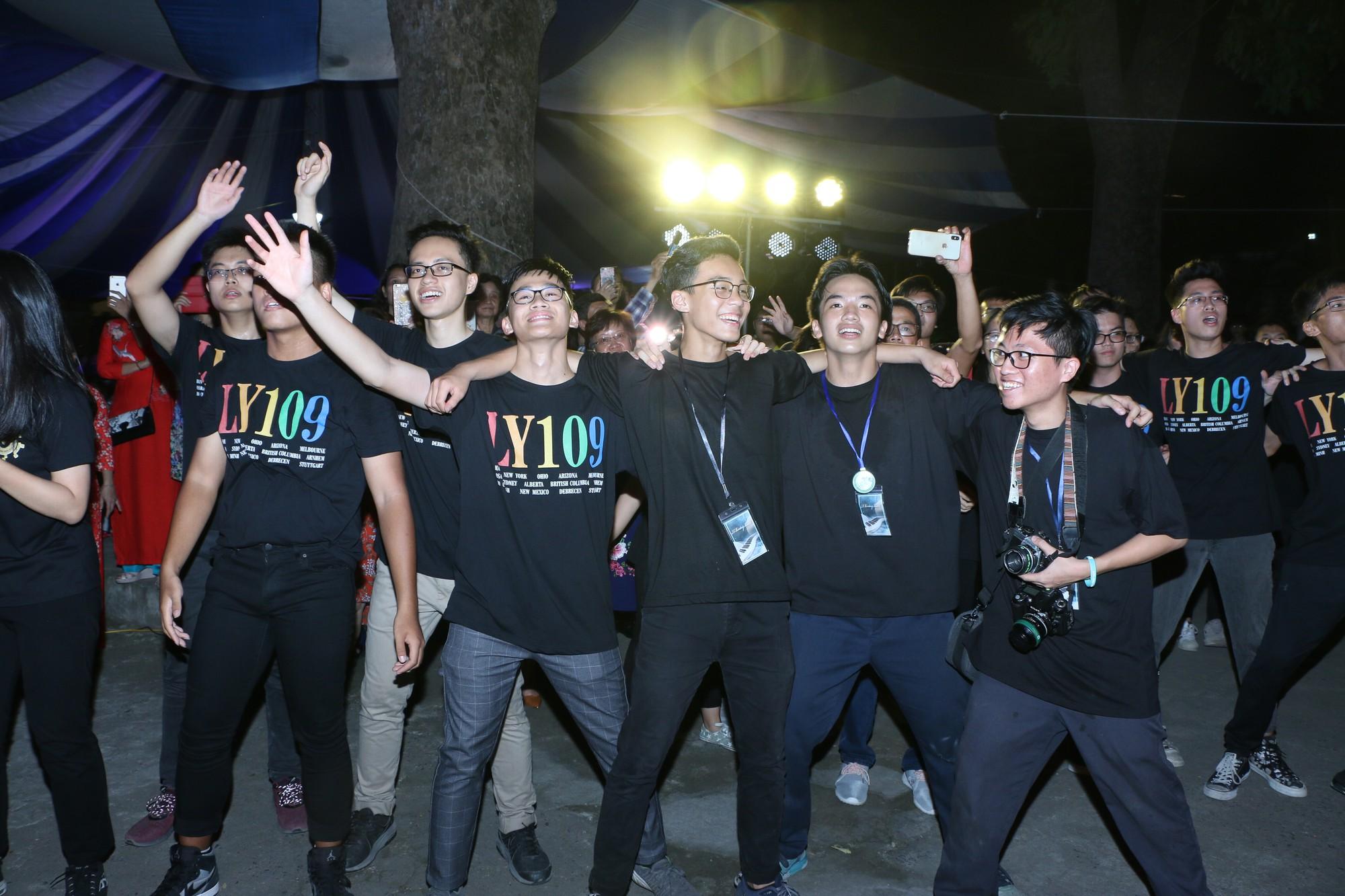 Học sinh THPT Chu Văn An cháy hết mình trong đêm nhạc lễ tri ân và trưởng thành - Ảnh 18.