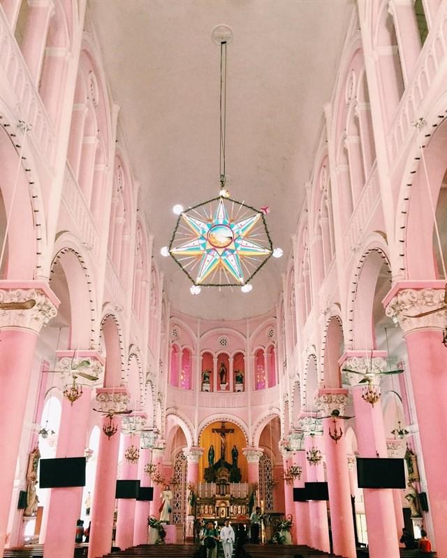 Vẻ đẹp của nhà thờ màu hồng nằm giữa lòng Sài Gòn khiến du khách mê mẩn - Ảnh 5.