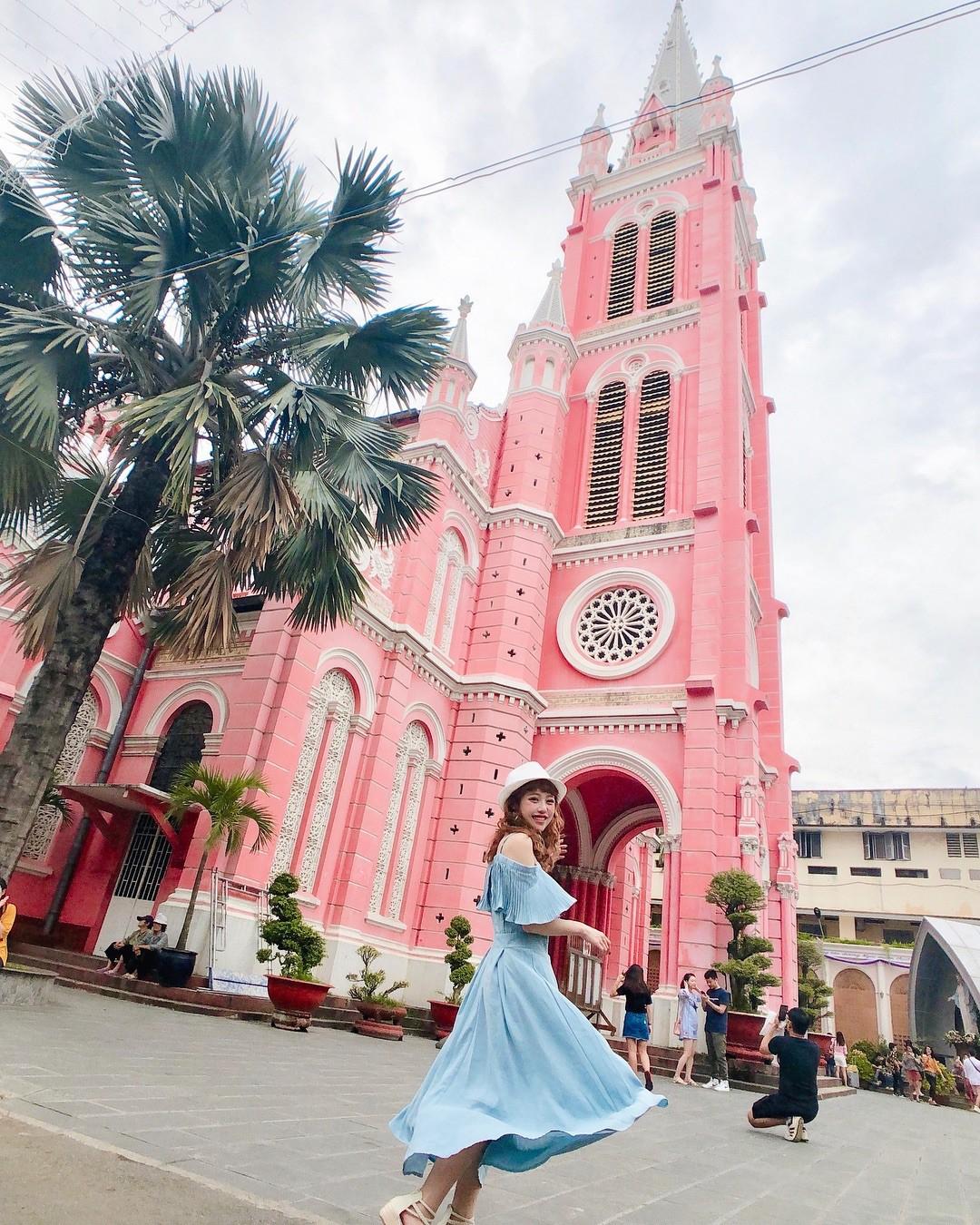 Vẻ đẹp của nhà thờ màu hồng nằm giữa lòng Sài Gòn khiến du khách mê mẩn - Ảnh 1.