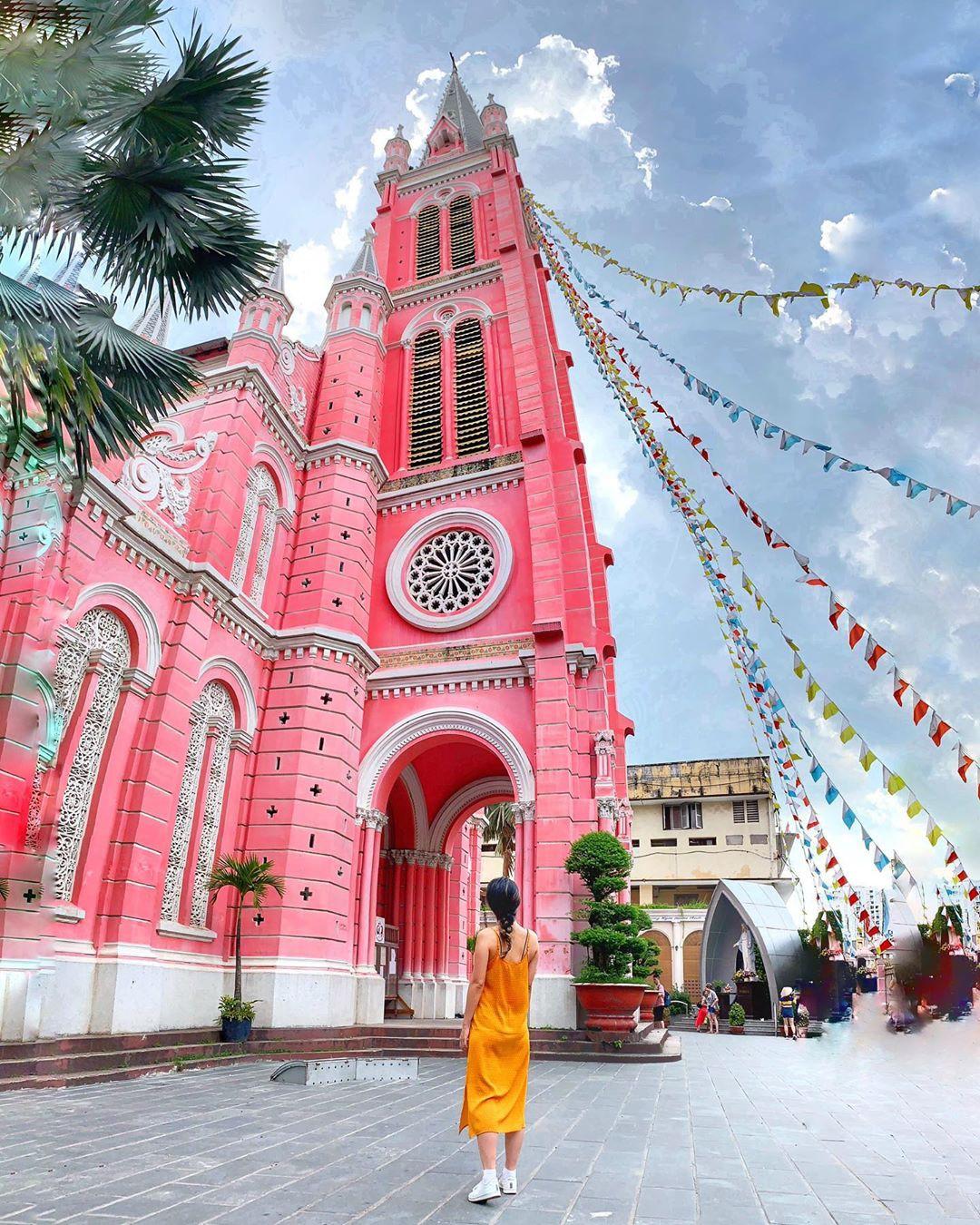 Vẻ đẹp của nhà thờ màu hồng nằm giữa lòng Sài Gòn khiến du khách mê mẩn - Ảnh 9.
