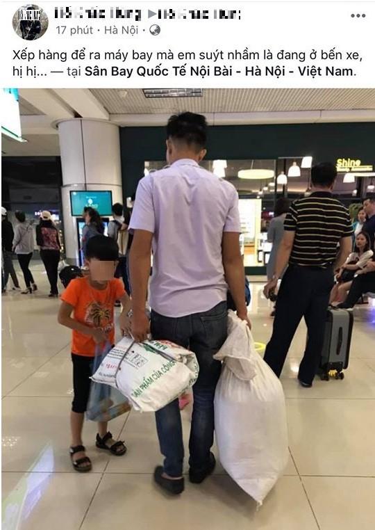 Không có vali, 2 bố con dùng bao tải đựng hành lí khi đi máy bay gây tranh cãi - Ảnh 1.