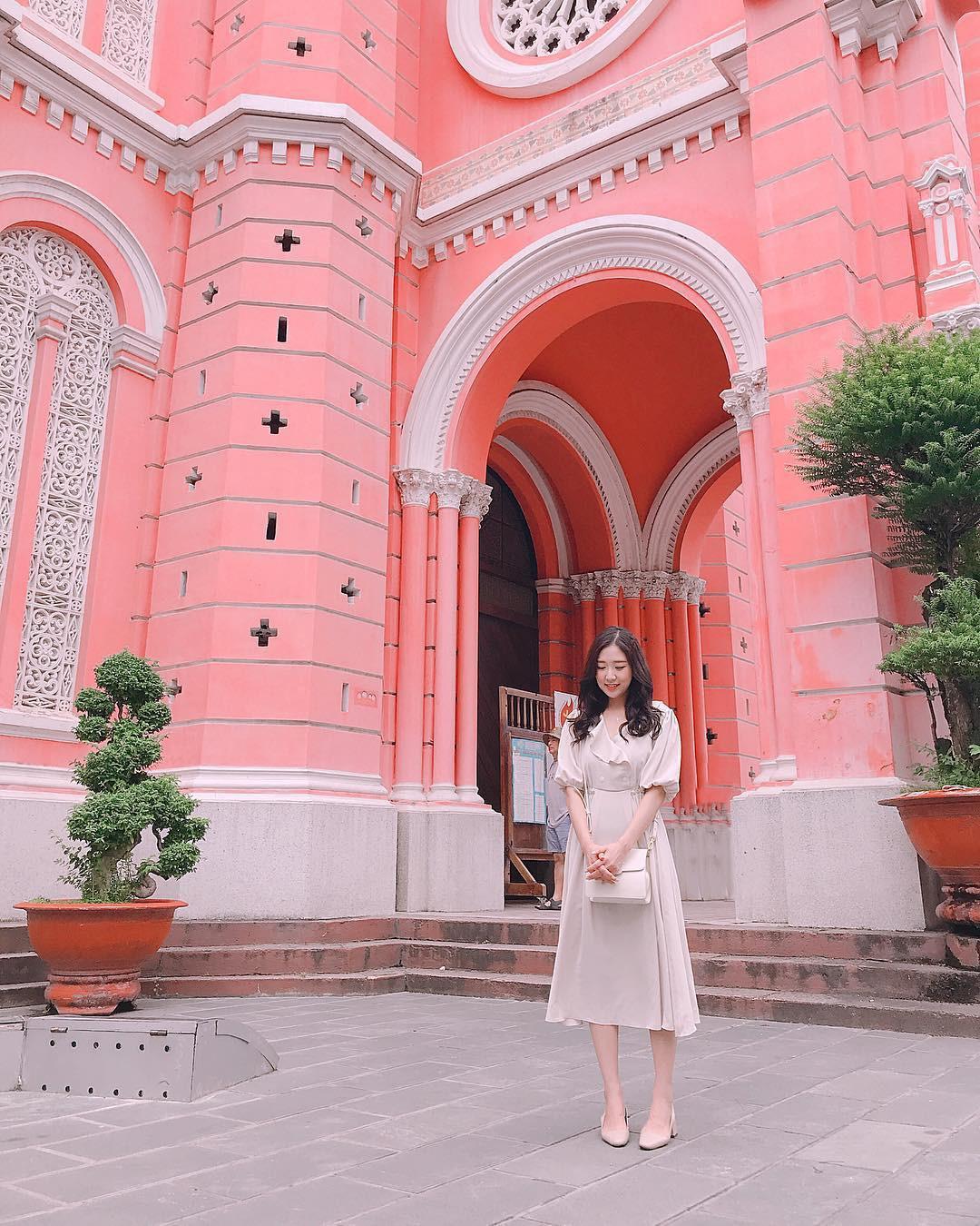 Vẻ đẹp của nhà thờ màu hồng nằm giữa lòng Sài Gòn khiến du khách mê mẩn - Ảnh 10.