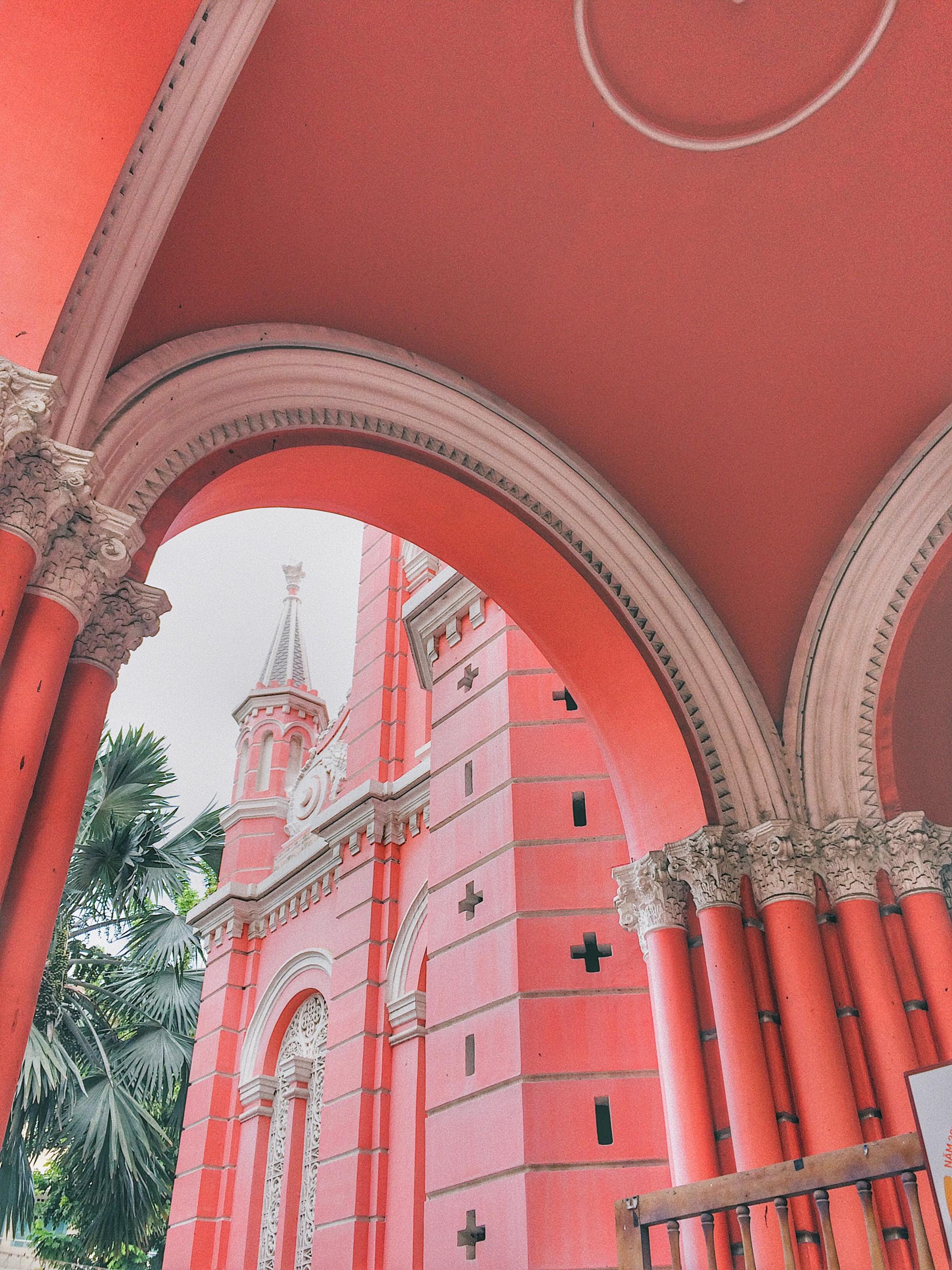 Vẻ đẹp của nhà thờ màu hồng nằm giữa lòng Sài Gòn khiến du khách mê mẩn - Ảnh 6.