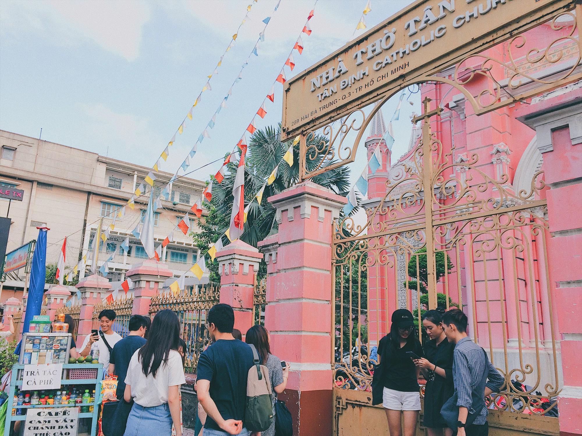 Vẻ đẹp của nhà thờ màu hồng nằm giữa lòng Sài Gòn khiến du khách mê mẩn - Ảnh 8.