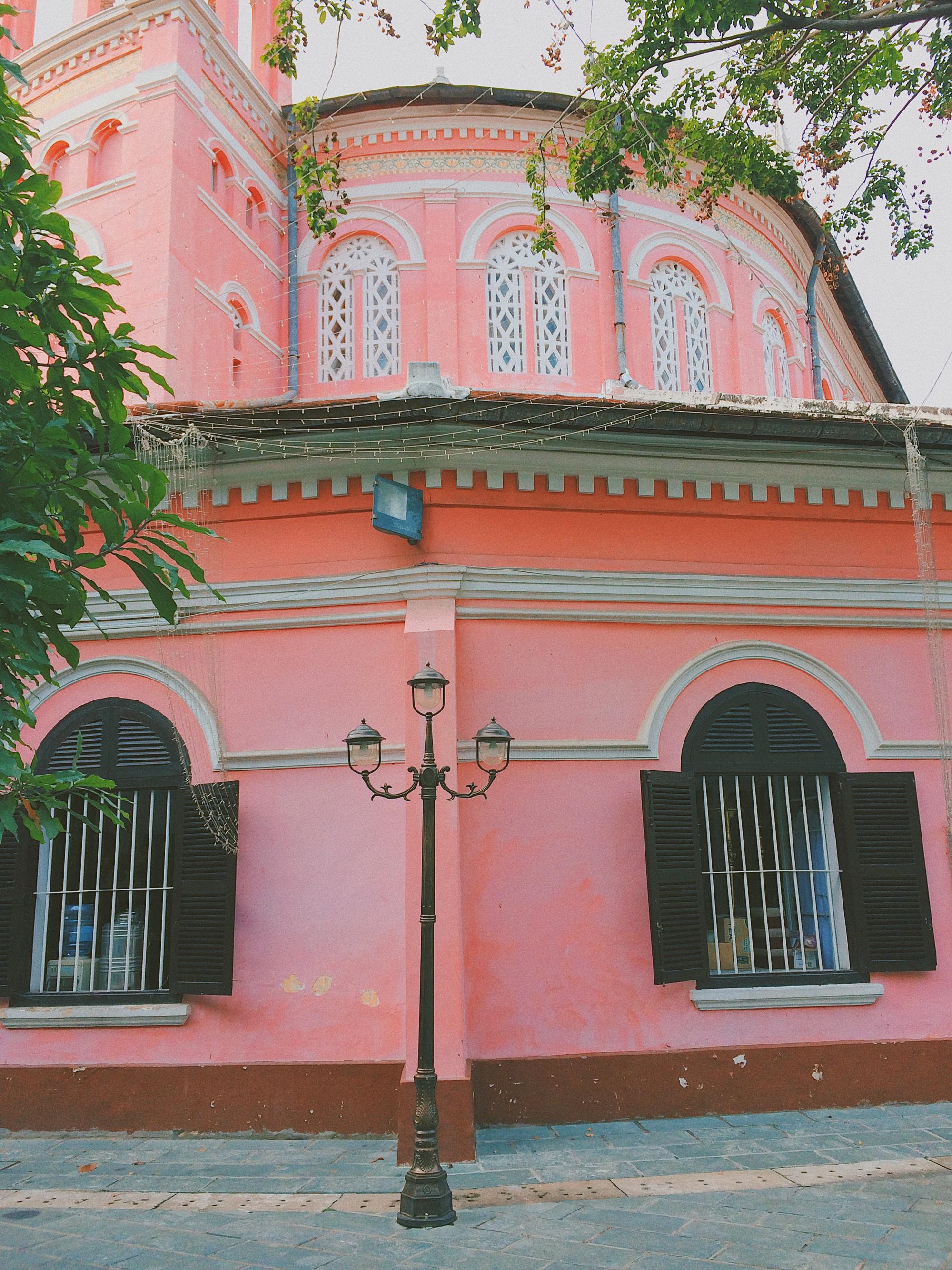 Vẻ đẹp của nhà thờ màu hồng nằm giữa lòng Sài Gòn khiến du khách mê mẩn - Ảnh 7.