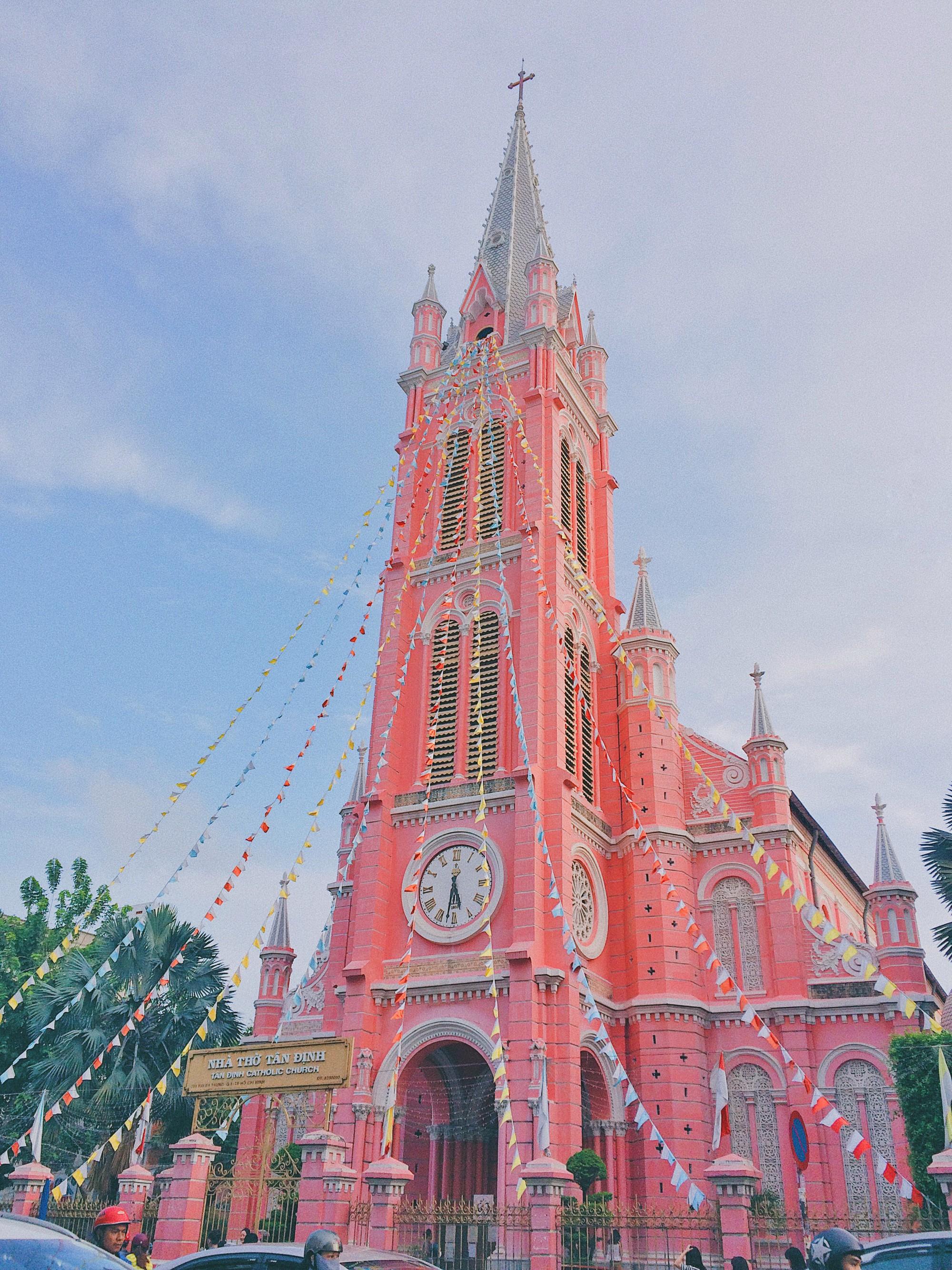 Vẻ đẹp của nhà thờ màu hồng nằm giữa lòng Sài Gòn khiến du khách mê mẩn - Ảnh 2.