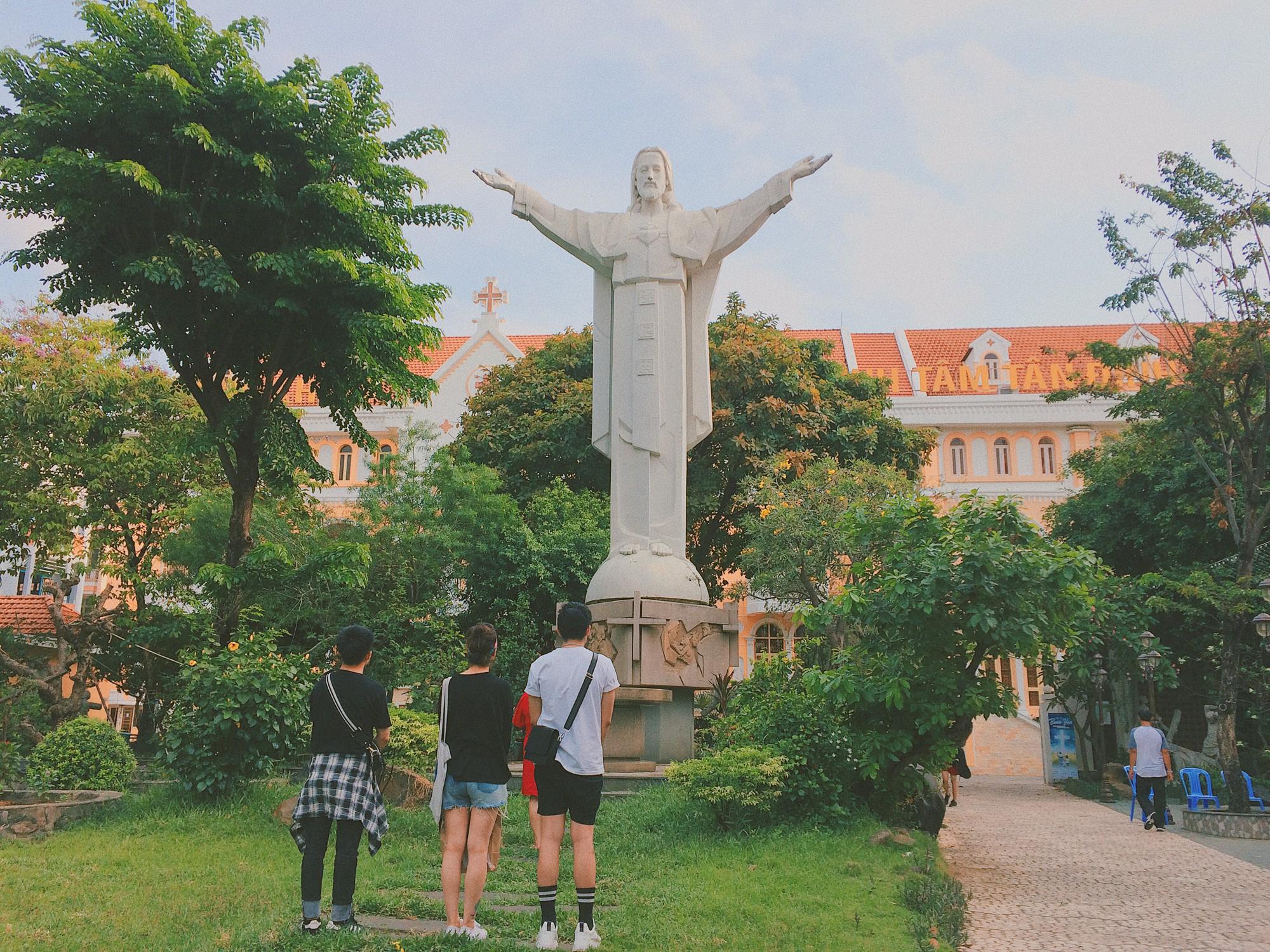 Vẻ đẹp của nhà thờ màu hồng nằm giữa lòng Sài Gòn khiến du khách mê mẩn - Ảnh 4.