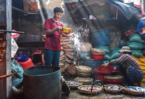 Nhọc nhằn kiếm sống bên chảo lửa hấp cá ở cảng Quy Nhơn - Ảnh 10.