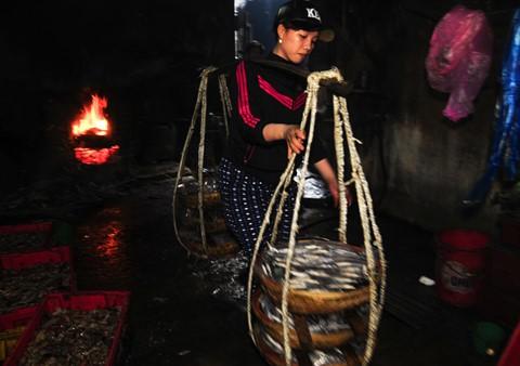 Nhọc nhằn kiếm sống bên chảo lửa hấp cá ở cảng Quy Nhơn - Ảnh 11.