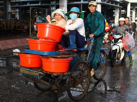Nhọc nhằn kiếm sống bên chảo lửa hấp cá ở cảng Quy Nhơn - Ảnh 3.