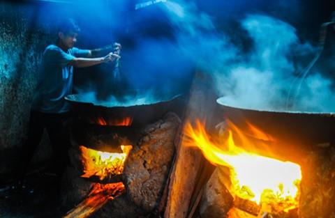 Nhọc nhằn kiếm sống bên chảo lửa hấp cá ở cảng Quy Nhơn - Ảnh 5.
