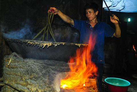 Nhọc nhằn kiếm sống bên chảo lửa hấp cá ở cảng Quy Nhơn - Ảnh 6.