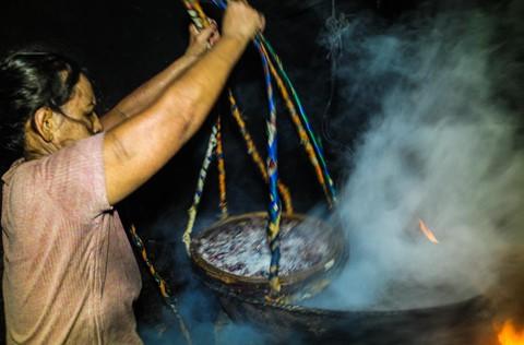 Nhọc nhằn kiếm sống bên chảo lửa hấp cá ở cảng Quy Nhơn - Ảnh 7.