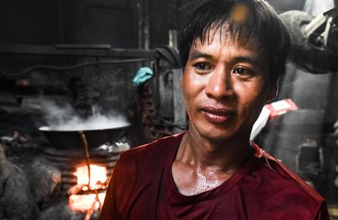 Nhọc nhằn kiếm sống bên chảo lửa hấp cá ở cảng Quy Nhơn - Ảnh 8.