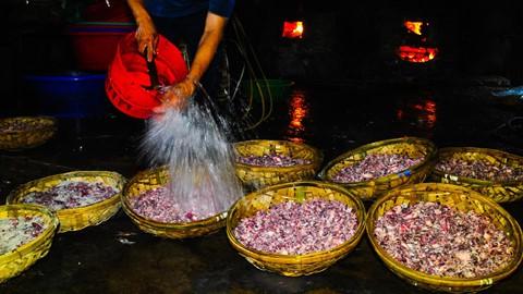 Nhọc nhằn kiếm sống bên chảo lửa hấp cá ở cảng Quy Nhơn - Ảnh 9.