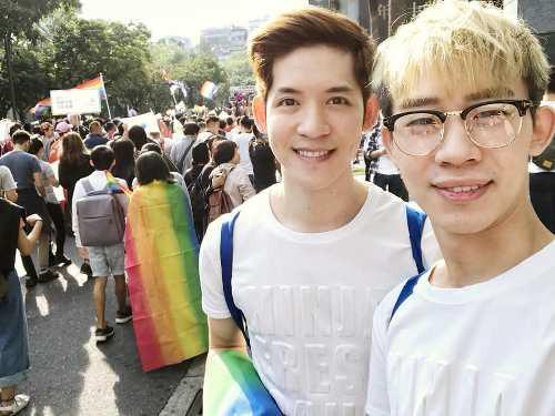 Người LGBT ở Đài Loan (Trung Quốc) vui mừng khi được kết hôn đồng giới nhưng cặp đồng tính điển trai này lại đau buồn vì lí do không ngờ  - Ảnh 1.