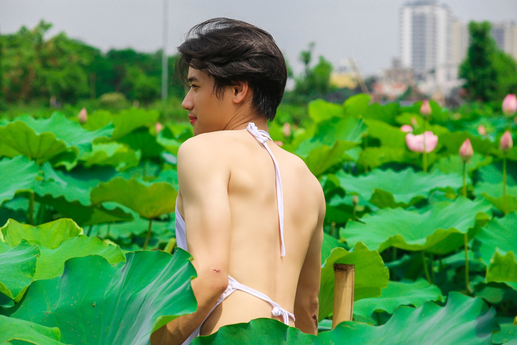 Mỹ nam mặc áo yếm bên hồ sen chính thức lên tiếng về bộ ảnh gây tranh cãi trên mạng xã hội - Ảnh 4.