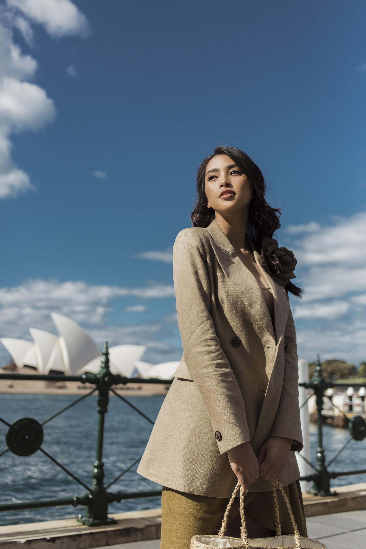 Đỗ Mỹ Linh - Tiểu Vy đẹp ngẩn ngơ giữa mùa thu Sydney - Ảnh 9.