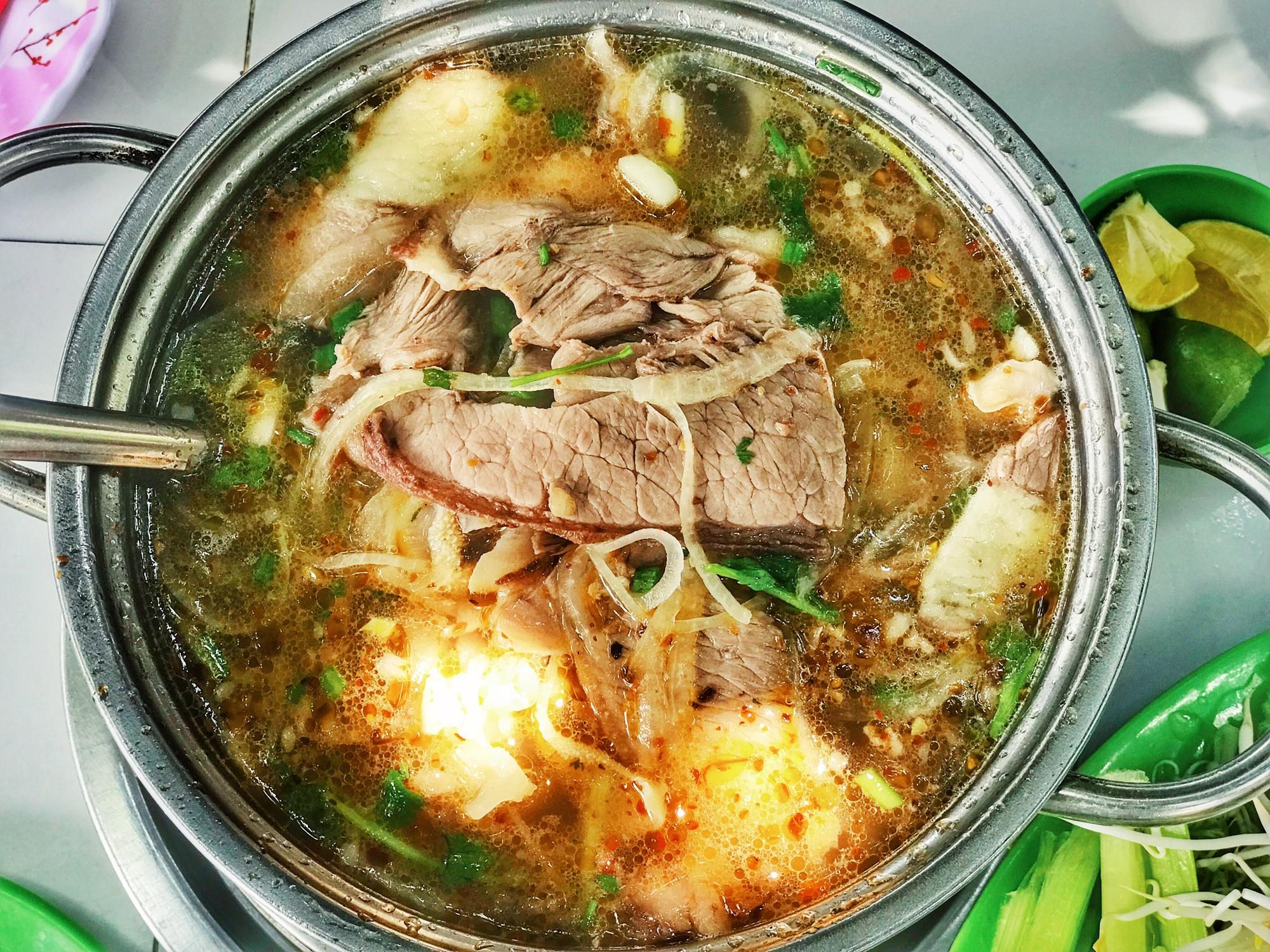 Quán lẩu bò nổi tiếng khiến người Sài Gòn lặn lội hàng chục cây số đến thưởng thức - Ảnh 1.