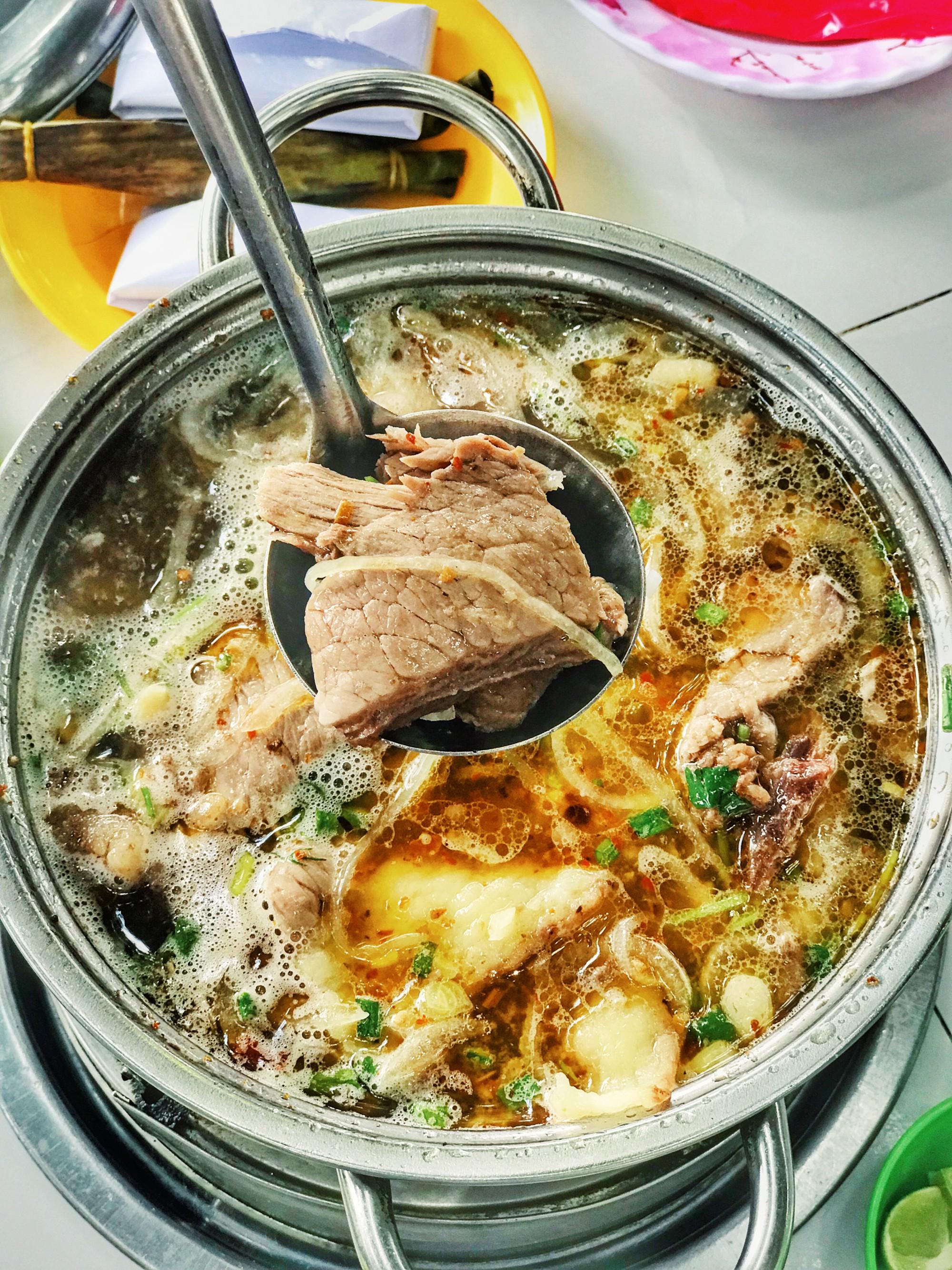 Quán lẩu bò nổi tiếng khiến người Sài Gòn lặn lội hàng chục cây số đến thưởng thức - Ảnh 4.
