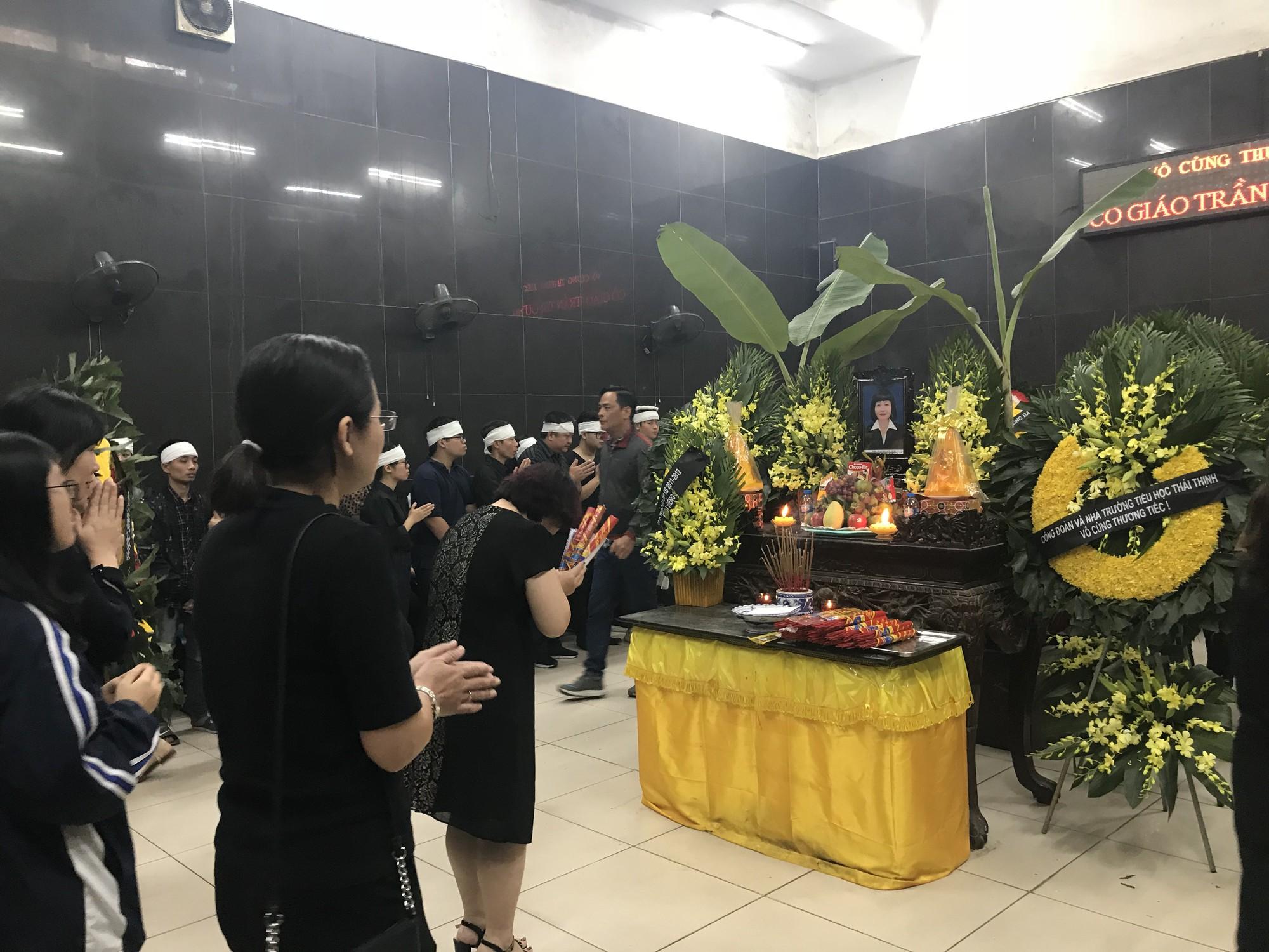 Nghẹn ngào trong đám tang nữ giáo viên bị Mercedes tử thần tông tử vong ở hầm Kim Liên - Ảnh 2.