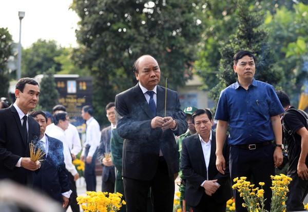 Thủ tướng Nguyễn Xuân Phúc đón linh cữu nguyên Chủ tịch nước Lê Đức Anh tại Nghĩa trang TP HCM - Ảnh 4.