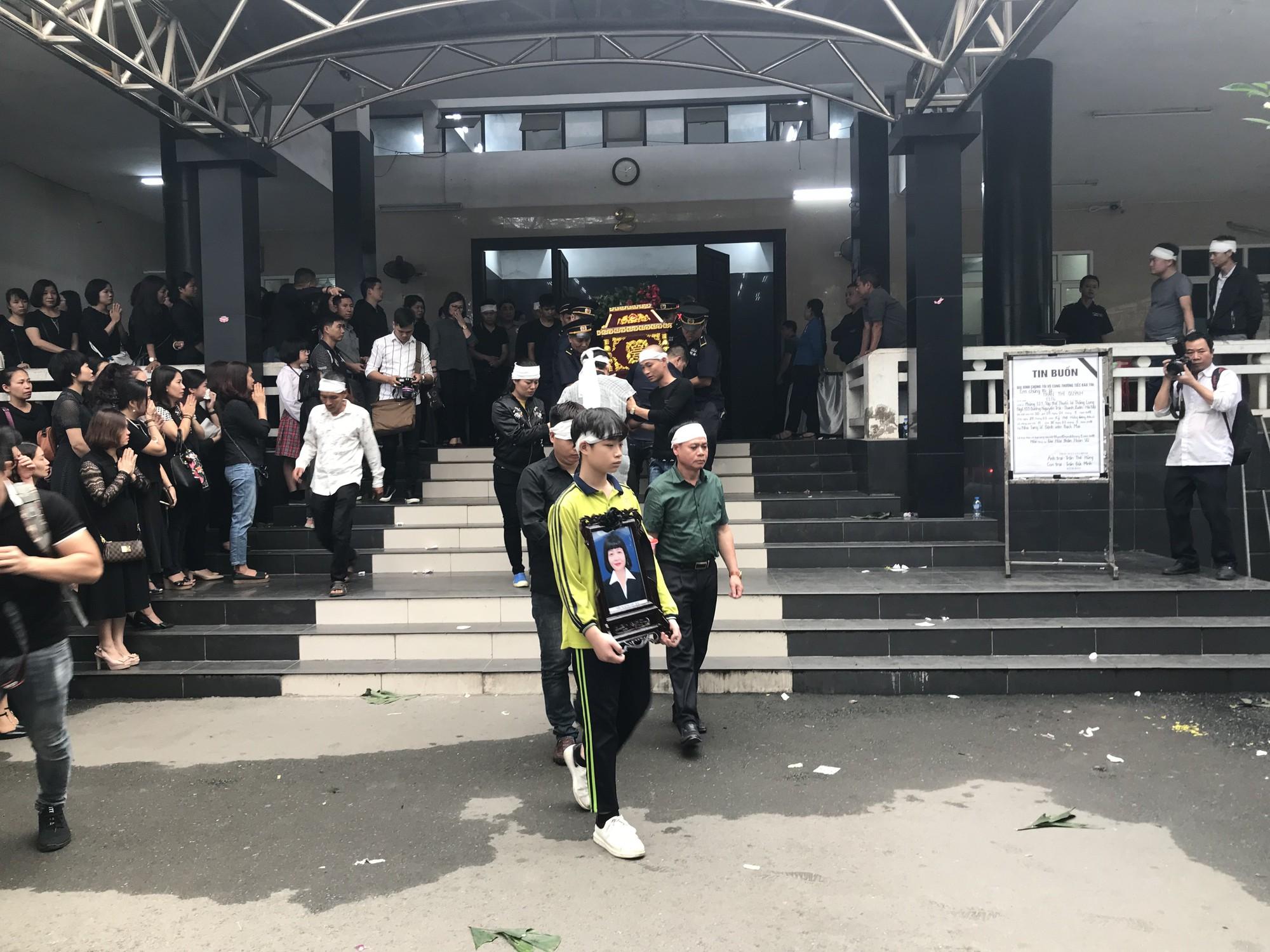 Nghẹn ngào trong đám tang nữ giáo viên bị Mercedes tử thần tông tử vong ở hầm Kim Liên - Ảnh 10.