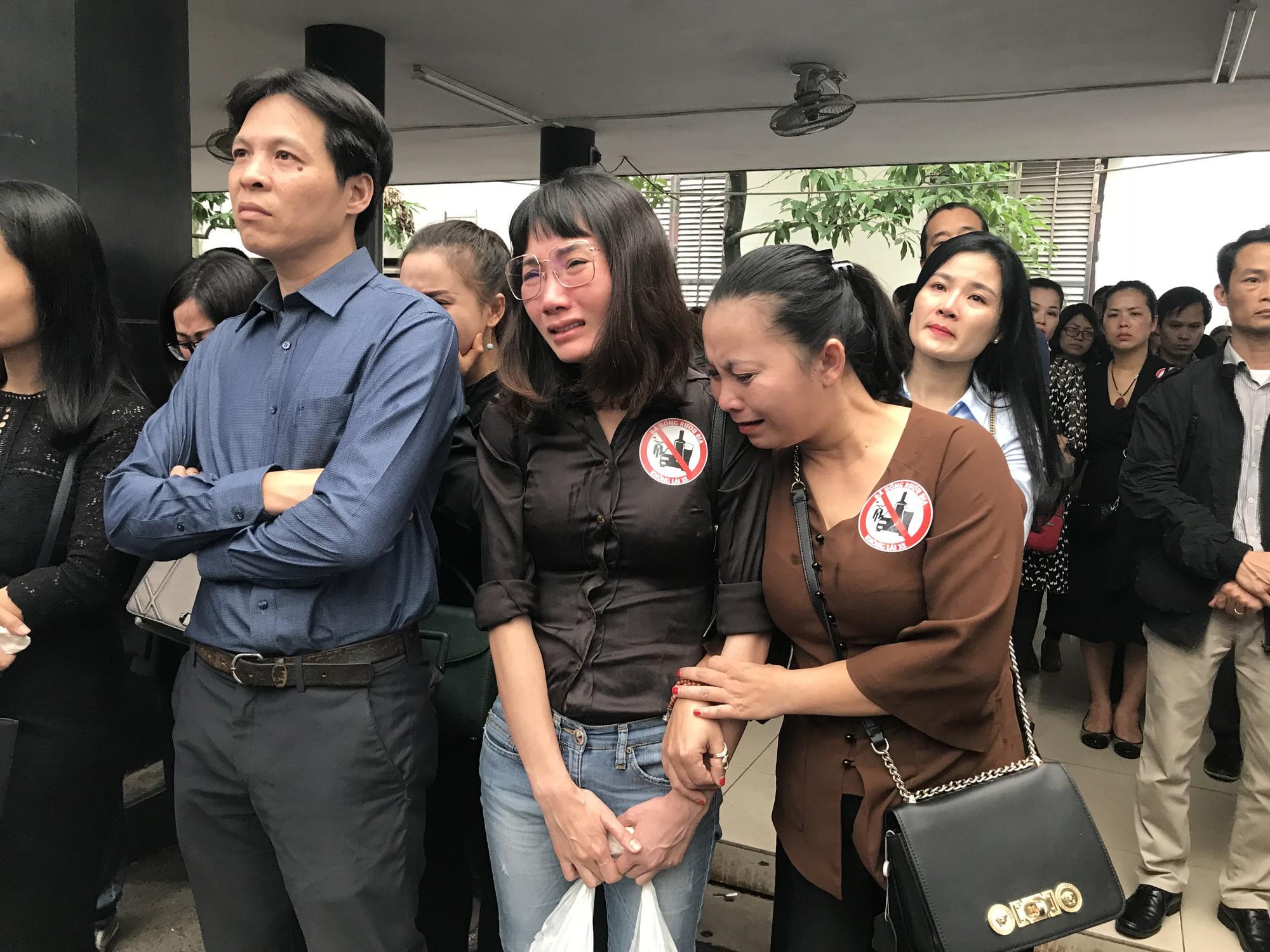 Nghẹn ngào trong đám tang nữ giáo viên bị Mercedes tử thần tông tử vong ở hầm Kim Liên - Ảnh 12.