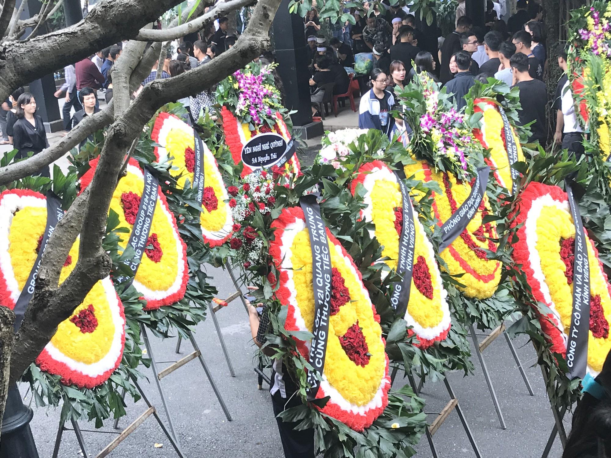 Nghẹn ngào trong đám tang nữ giáo viên bị Mercedes tử thần tông tử vong ở hầm Kim Liên - Ảnh 8.