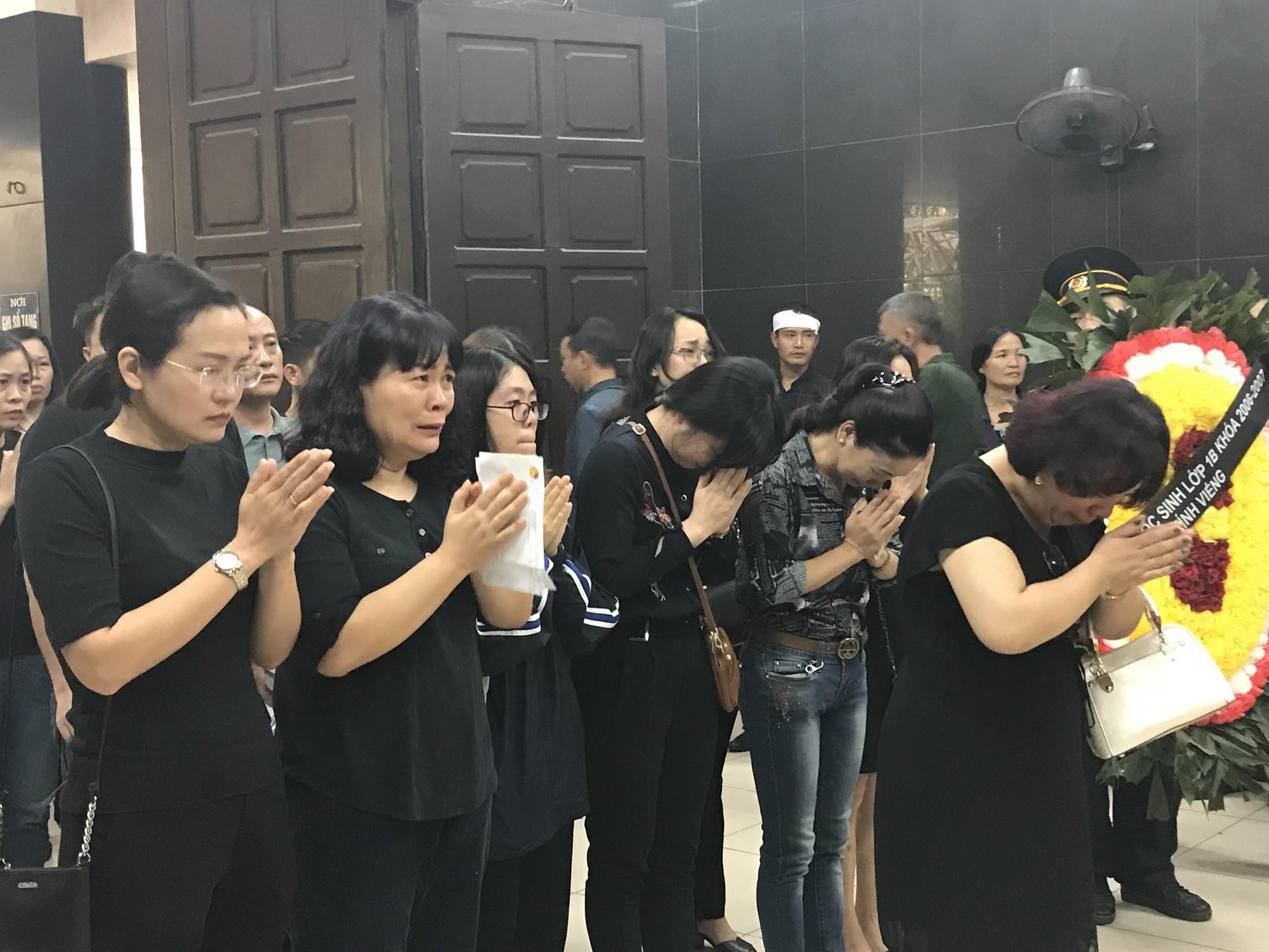 Nghẹn ngào trong đám tang nữ giáo viên bị Mercedes tử thần tông tử vong ở hầm Kim Liên - Ảnh 3.
