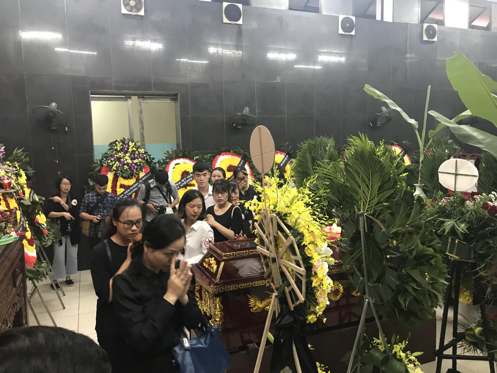 Nghẹn ngào trong đám tang nữ giáo viên bị Mercedes tử thần tông tử vong ở hầm Kim Liên - Ảnh 5.