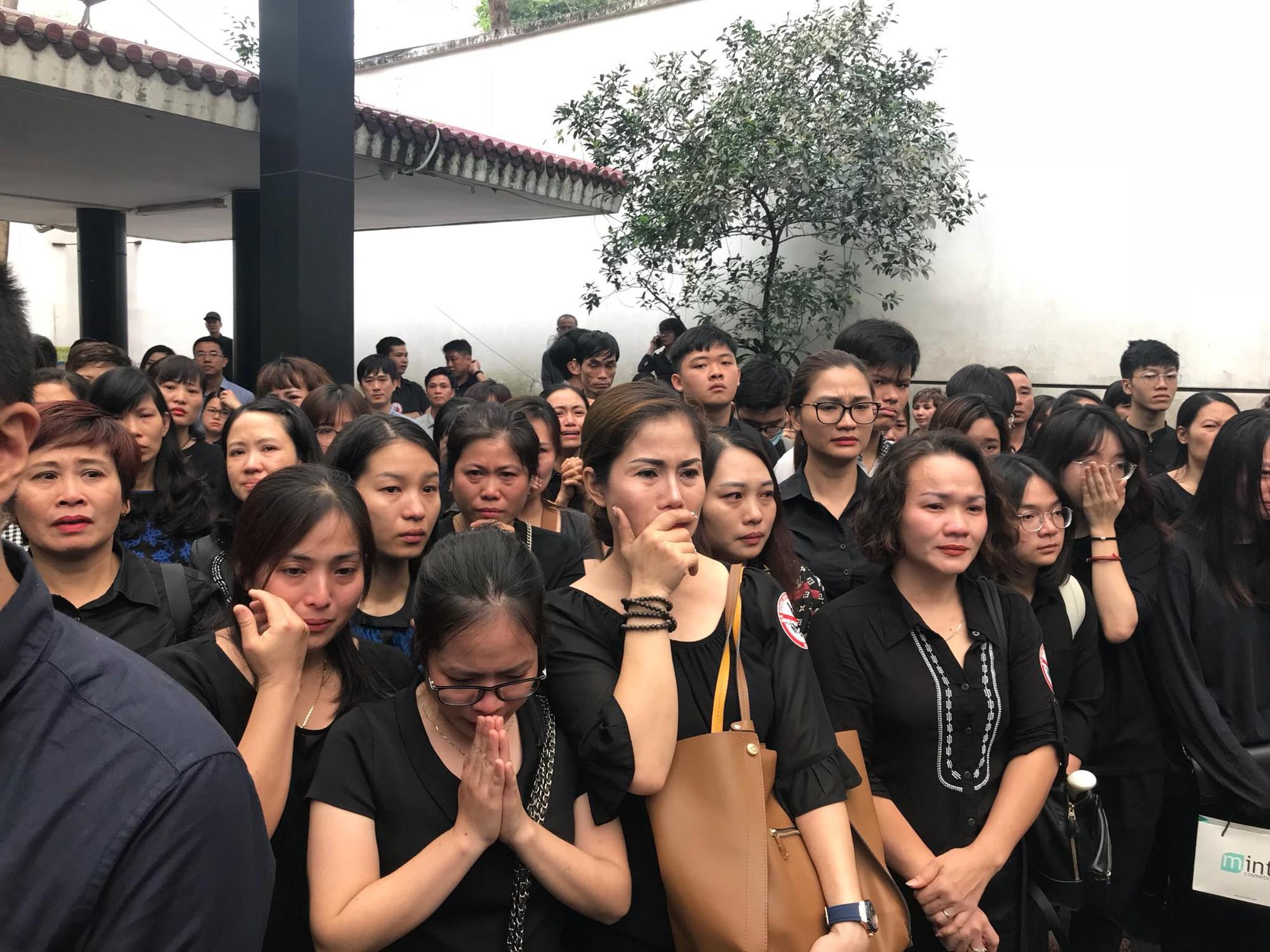 Vụ cô giáo tiểu học bị lái xe say rượu tông tử vong ở hầm Kim Liên: Những lời tiễn biệt xúc động nơi sổ tang  - Ảnh 4.