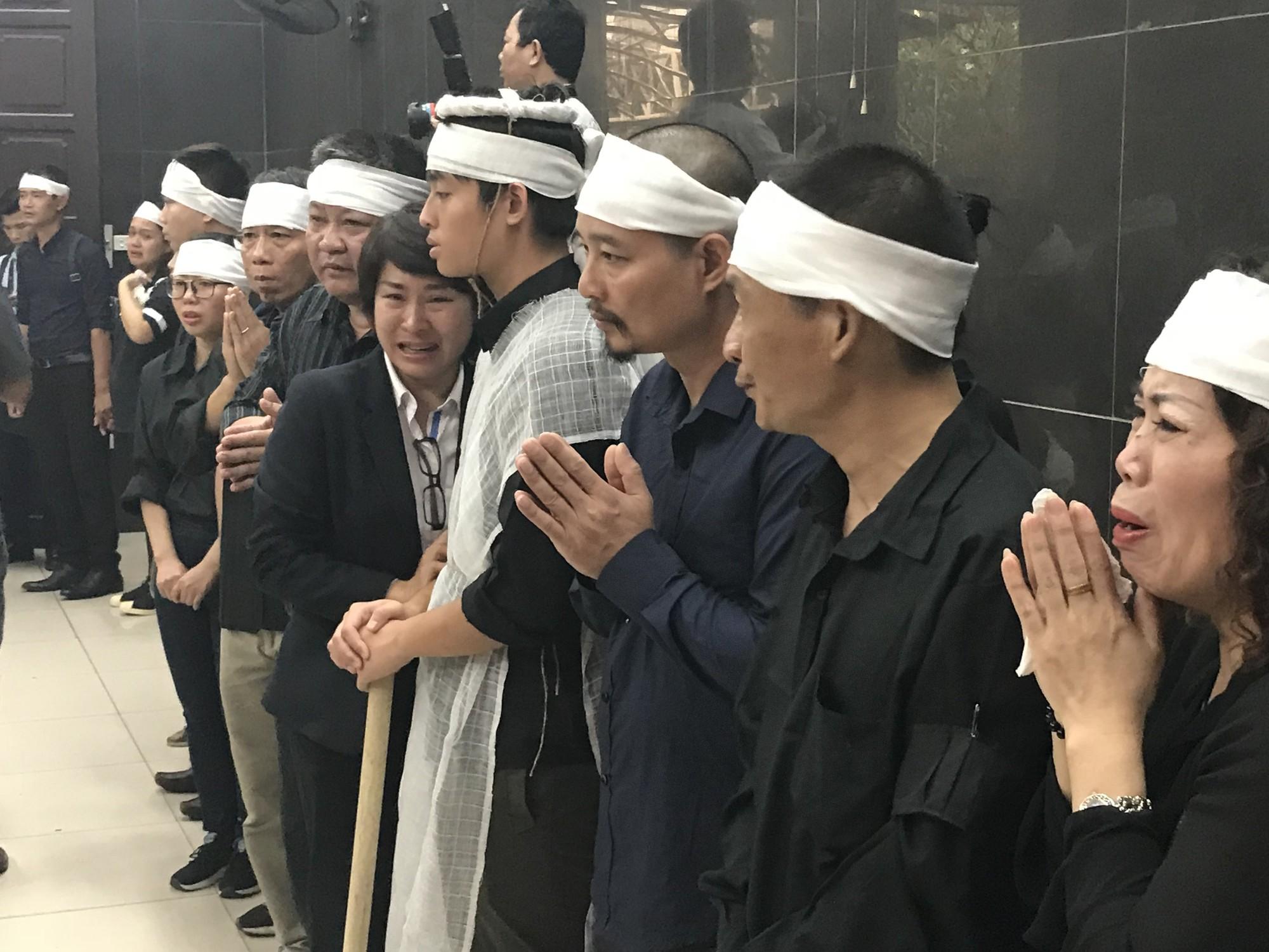 Nghẹn ngào trong đám tang nữ giáo viên bị Mercedes tử thần tông tử vong ở hầm Kim Liên - Ảnh 6.