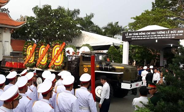 Thủ tướng Nguyễn Xuân Phúc đón linh cữu nguyên Chủ tịch nước Lê Đức Anh tại Nghĩa trang TP HCM - Ảnh 1.