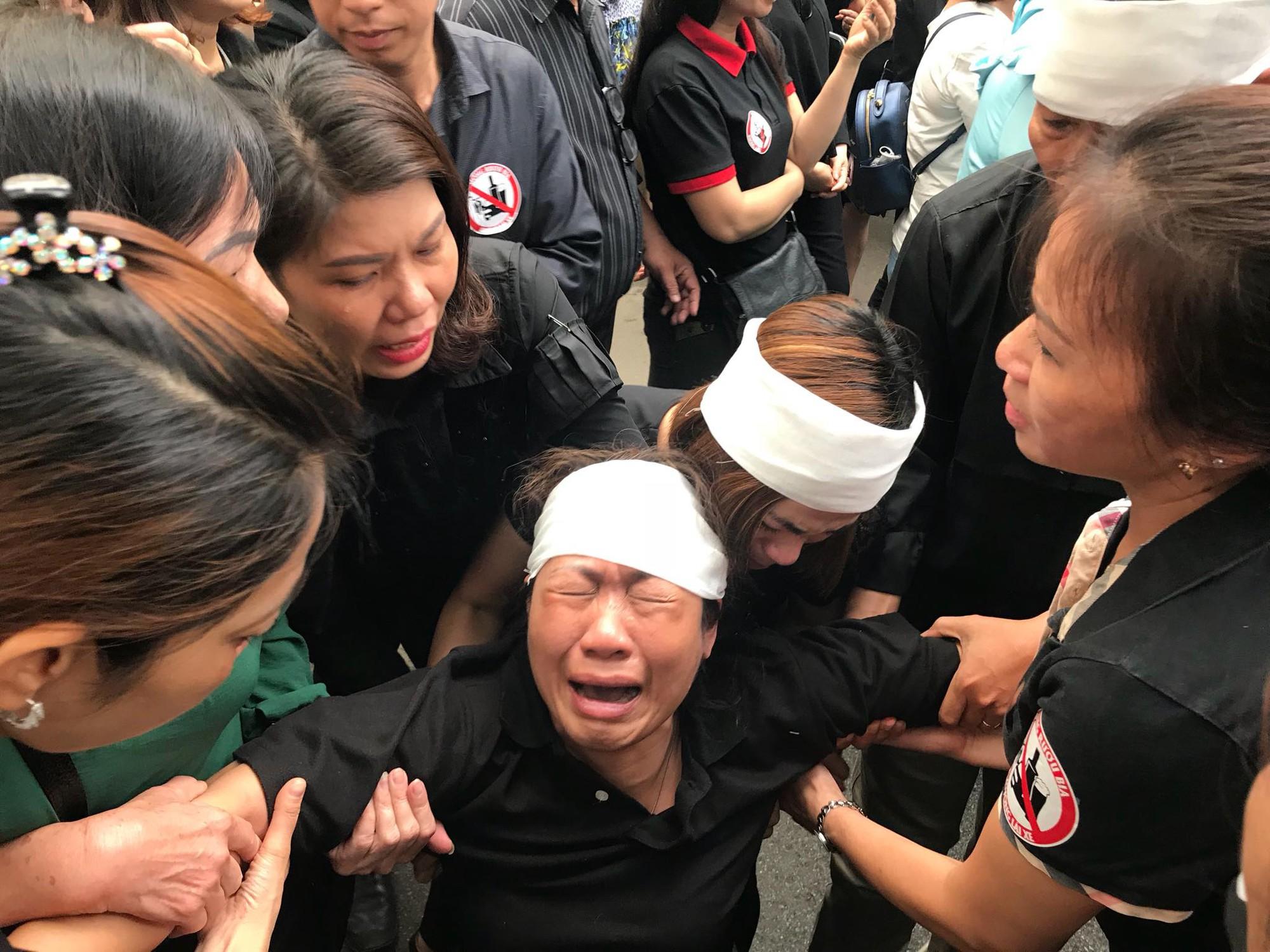 Vụ cô giáo tiểu học bị lái xe say rượu tông tử vong ở hầm Kim Liên: Những lời tiễn biệt xúc động nơi sổ tang  - Ảnh 5.