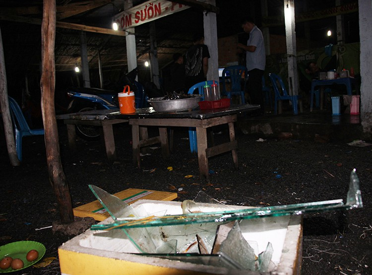 Tin tức pháp luật: Nam thanh niên ngáo đá sát hại ba người thân, tạm giữ 80 dân chơi sau khi quán bar Club F3 bị đột kích - Ảnh 6.