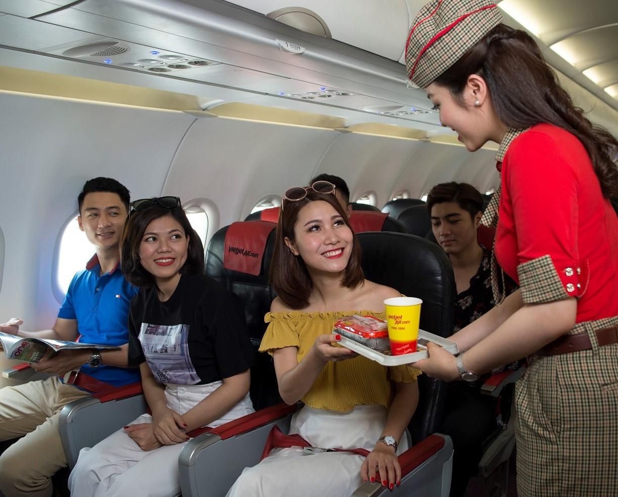 Bán mì tôm, gấu bông và dịch vụ trên máy bay đem về hơn 2,6 nghìn tỉ đồng cho Vietjet  - Ảnh 1.