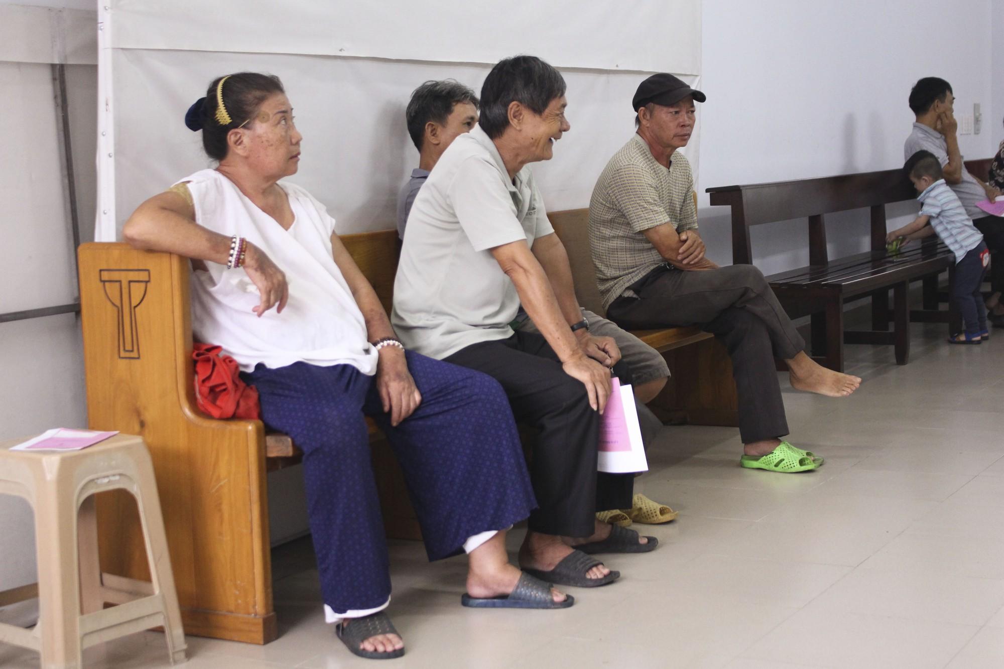 Bác sĩ 80 tuổi cống hiến 20 năm sức già khám chữa bệnh miễn phí cho bệnh nhân nghèo - Ảnh 2.