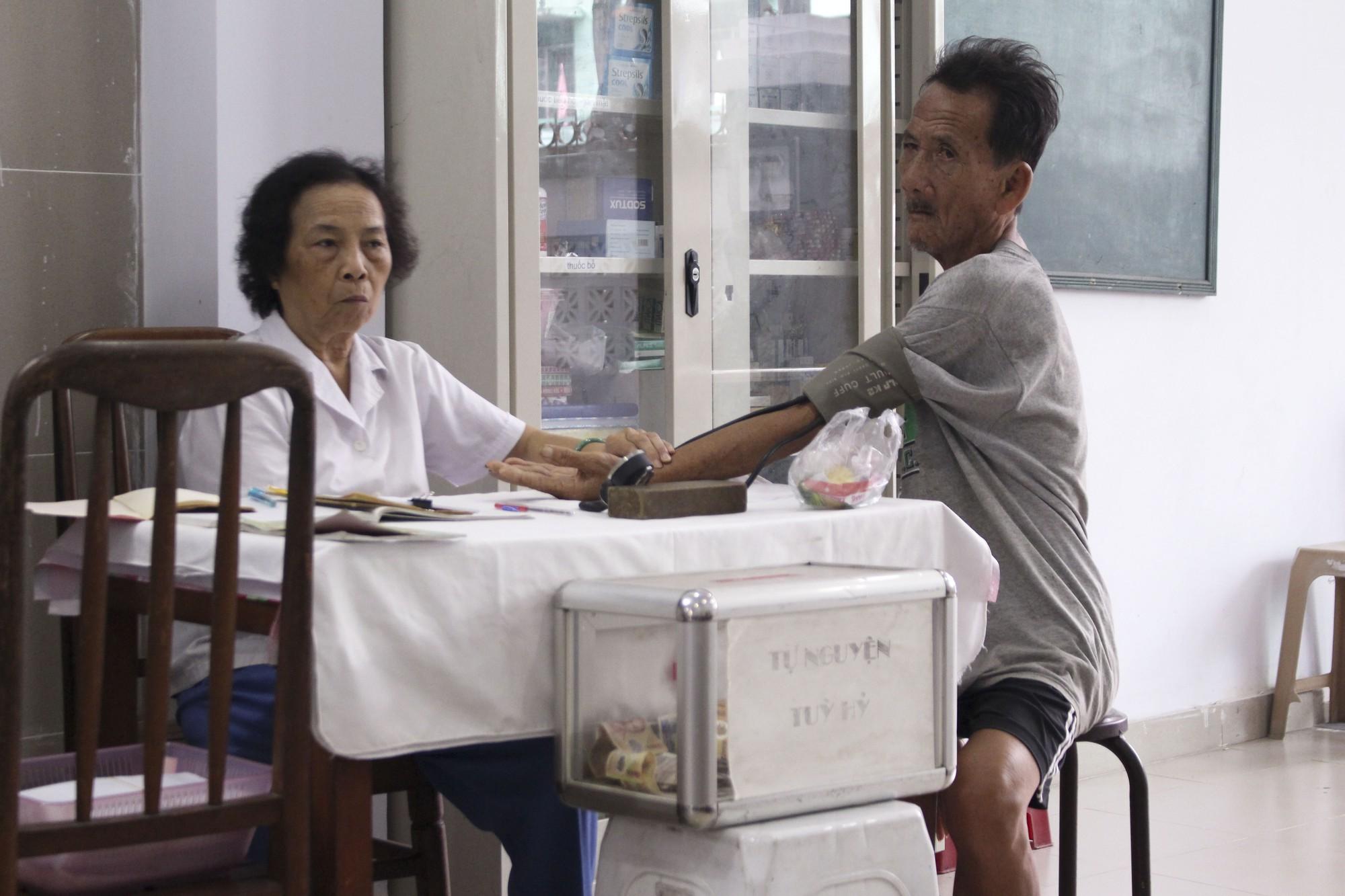 Bác sĩ 80 tuổi cống hiến 20 năm sức già khám chữa bệnh miễn phí cho bệnh nhân nghèo - Ảnh 3.
