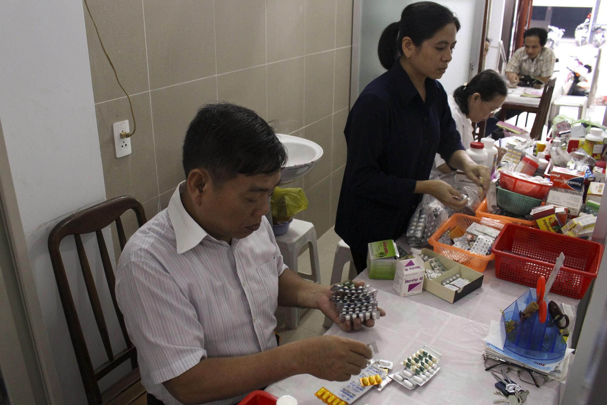 Bác sĩ 80 tuổi cống hiến 20 năm sức già khám chữa bệnh miễn phí cho bệnh nhân nghèo - Ảnh 6.