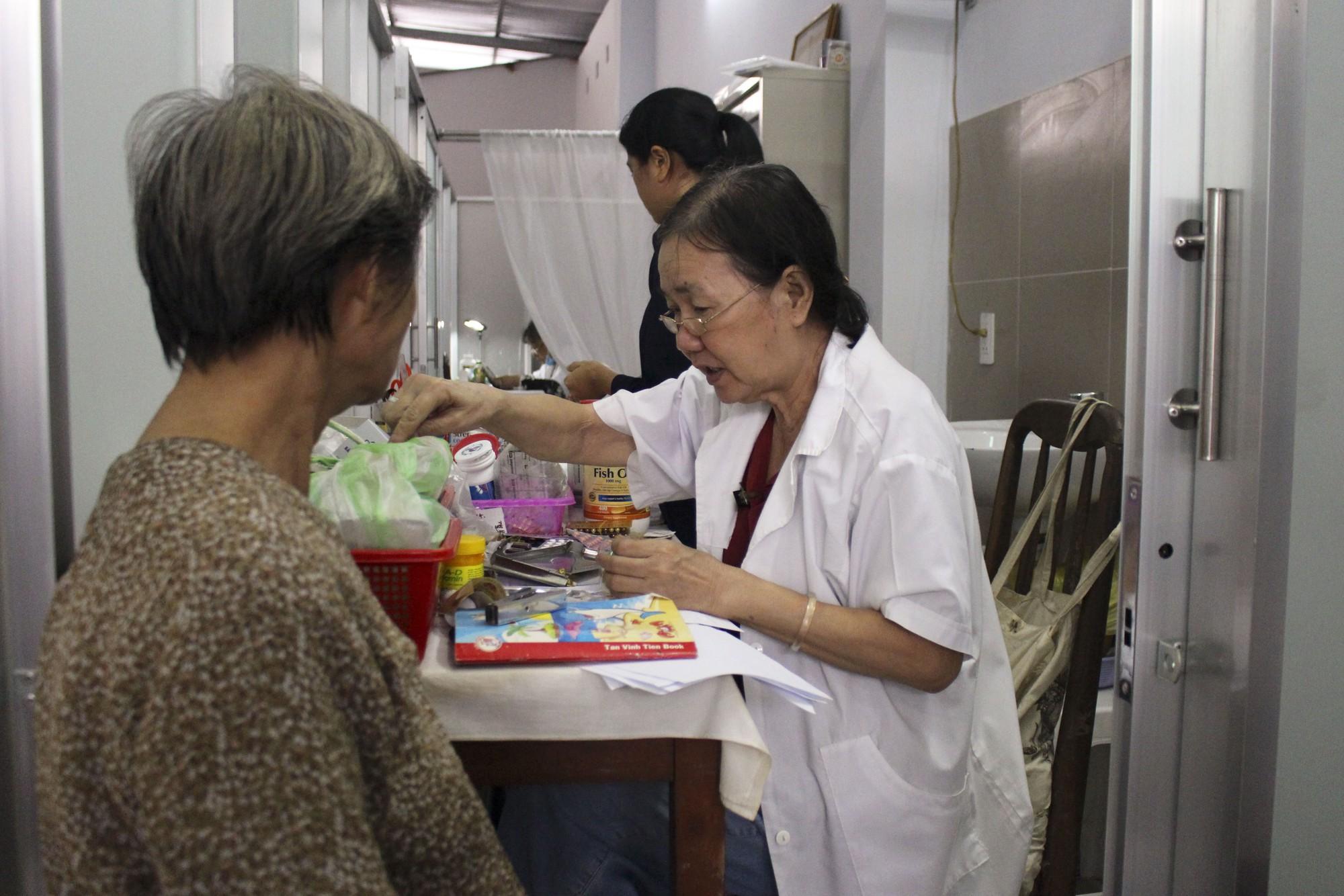 Bác sĩ 80 tuổi cống hiến 20 năm sức già khám chữa bệnh miễn phí cho bệnh nhân nghèo - Ảnh 4.