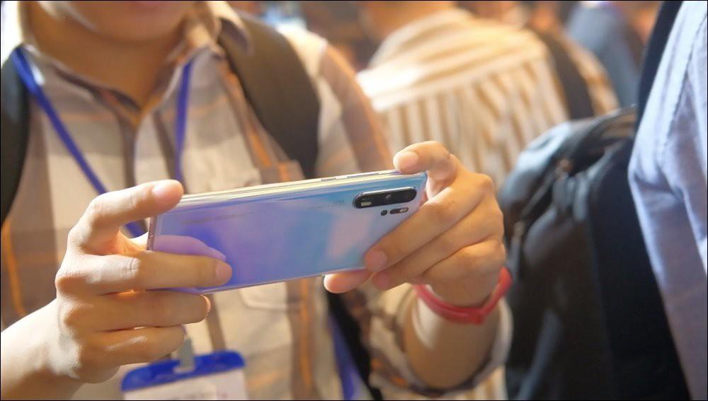 Huawei đang hỗ trợ tối đa để khách chuyển từ Samsung, iPhone sang mua P30/P30 Pro - Ảnh 1.