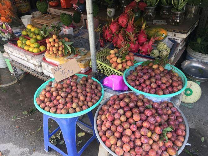 Mận hậu giá rẻ bán ngập chợ Sài Gòn - Ảnh 3.